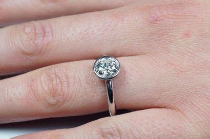 TIFFANY & CO Bague solitaire en platine (950/oo) centrée d'un diamant taille brillant...