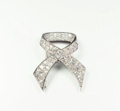 Broche clip de corsage en or gris 18K (750/oo)...