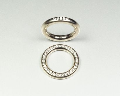 Lot comprenant deux anneaux en or gris 18K...