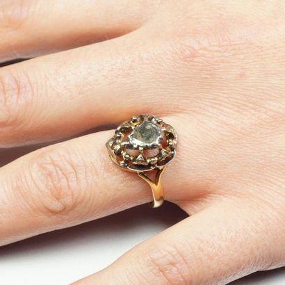 Bague ancienne en or jaune 18K (750/oo) centrée d'un diamants taillé en rose serti...