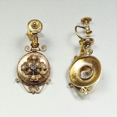 Paire de pendants d'oreilles anciens en or jaune 18K (750/oo) à trois parties articulées...