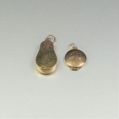 Lot de débris d'or jaune 14K (585/oo) comprenant deux pendentifs porte souvenirs...