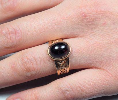 Bague ancienne en or jaune 18K (750/oo), l'anneau finement ajouré à motif de volutes,...