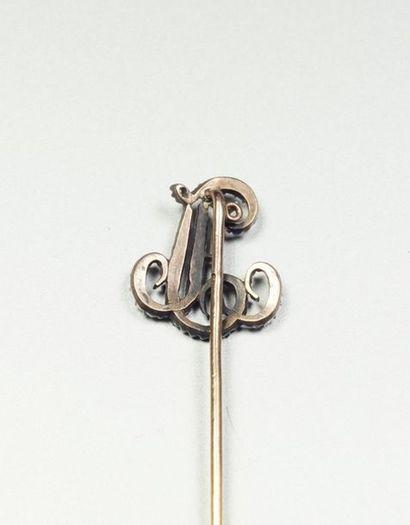Épingle de cravate en or jaune 18K (750/oo) et argent (800/oo) agrémentée du monogramme...