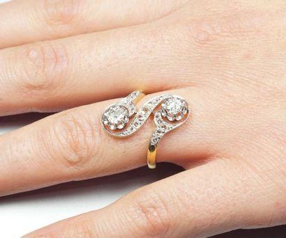 """Bague """"Toi et Moi"""" ancienne en or 18K (750/oo) de deux tons agrémentée de deux diamants..."""