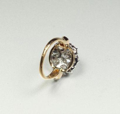 Bague en or jaune 18K (750/oo) et platine (850/oo) à motif Marguerite centrée d'un...
