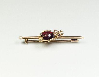 Broche en or jaune 18K (750/oo) formant une barrette lisse terminée par une perle,...