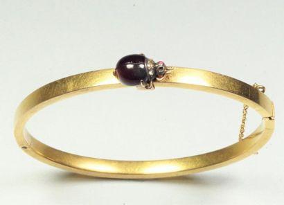 Bracelet en or jaune 18K (750/oo) à section rectangulaire creuse, agrémenté d'un...