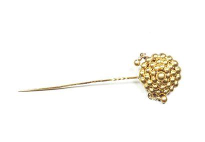 Epingle de cravate en or jaune 18K (750/oo), agrémentée d'un motif de rosace estampé...