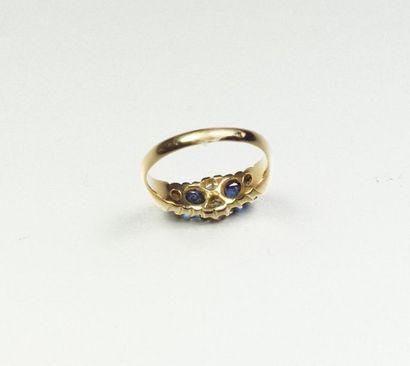 Bague jarretière ancienne en or jaune 9K (375/oo) ornée de deux saphirs ovales et...