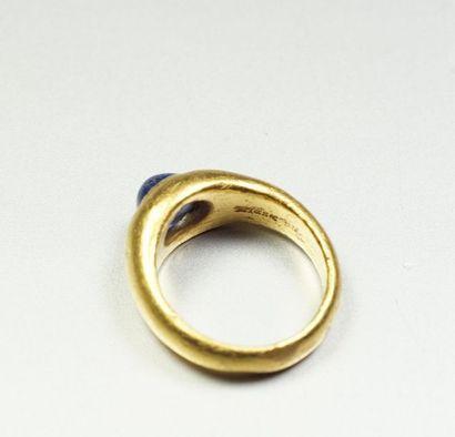 WIESE Bague jonc bombé en or jaune 18K (750/oo) centrée d'un cabochon de saphir ovale...