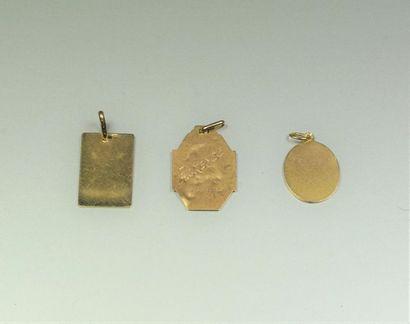 Lot en or jaune 18K (750/oo) comprenant deux médaille de la Vierge (une accidentée...