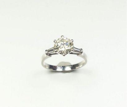 Bague en platine (850/oo) centrée d'un diamant...