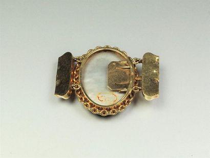 Fermoir ancien en or jaune 18K (750/oo) de forme ovale centré d'un médaillon sous...