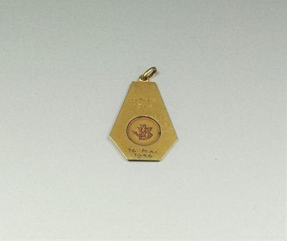 Médaille religieuse en or jaune 18K (750/oo) de forme hexagonale figurant la Vierge...