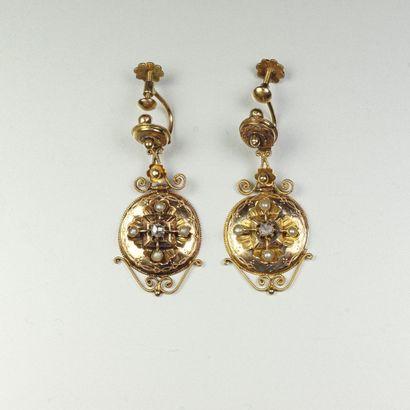 Paire de pendants d'oreilles anciens en or...