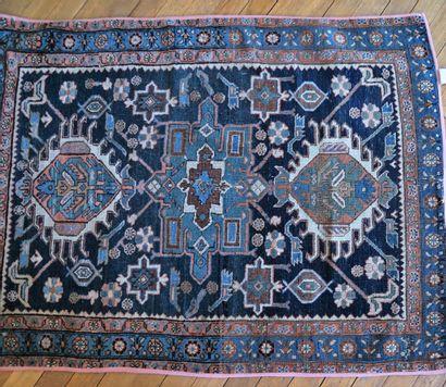 Petit tapis orient à décor géométrique sur...