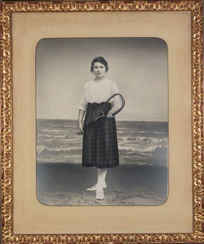 """""""JOUEUSE DE TENNIS Joueuse de tennis au bord de la plage, ca. 1900-1910. Tirage..."""