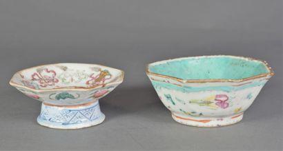 Deux coupes en porcelaine à décor polychrome....