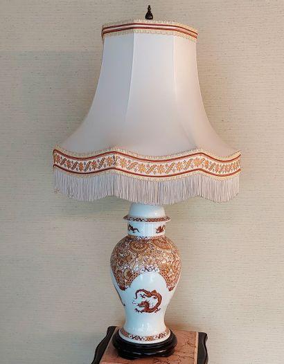 Potiche en porcelaine à décor de dragons,...
