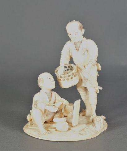 Okimono en ivoire, deux personnages au travail,...