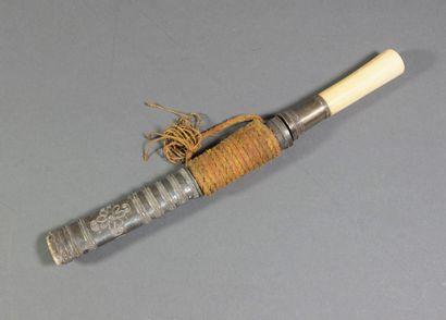 Petit poignard à poignée en ivoire à virole...