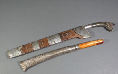Lot de deux poignards : - Un de grande taille....