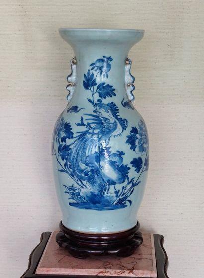 Paire de vases en porcelaine à décor de Paons...