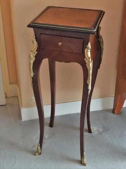 Petite table en bois verni, et bronze doré...