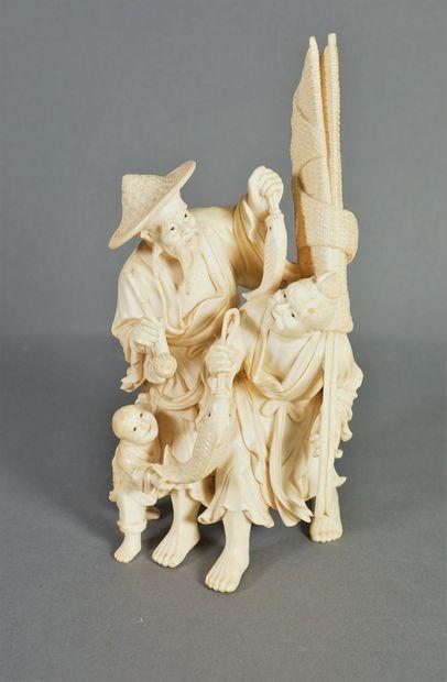 Groupe en ivoire figurant deux pêcheurs tenant...