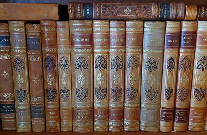 Lot de volumes reliés modernes et livres...