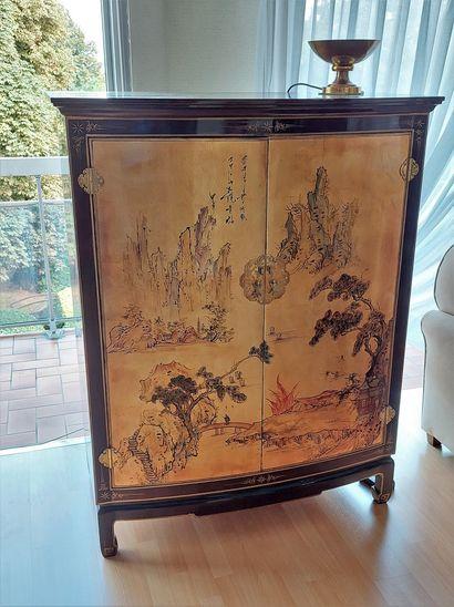 Armoire en laque de chine à décor de personnages....