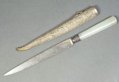 Couteau, la lame en fer doré à décor floral...