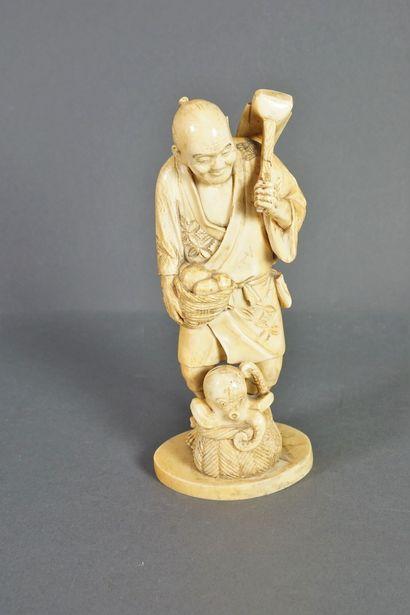 Statuette en ivoire figurant un paysan debout,...
