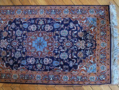 Petit tapis Persan à décor de fleurs et rinceaux...