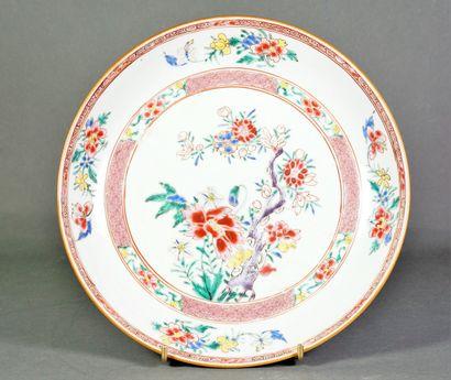 Assiette creuse en porcelaine à décor polychrome...