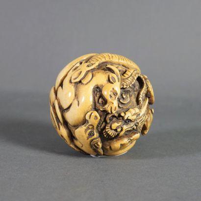 Petit okimono en ivoire en forme de boule...