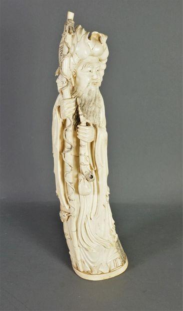 Statuette en ivoire figurant un pêcheur barbu...