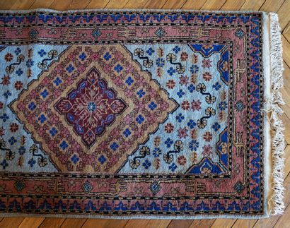 Petit tapis d'orient à décor floral stylisé...