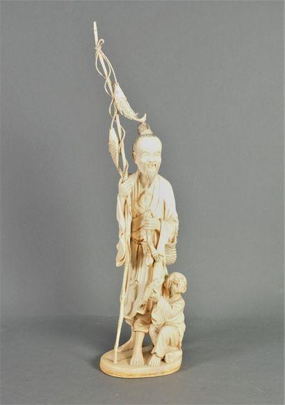 Statuette en ivoire, un pêcheur debout, un...
