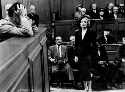 TEMOIN A CHARGE - WITNESS FOR THE PROSECUTION Marlene Dietrich, film de Billy Wilder...