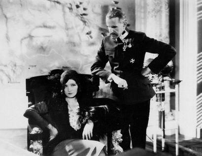 AGENT X 27 - DISHONORED Marlène Dietrich et Victor McLaglen, film de Josef von Sternberg,...