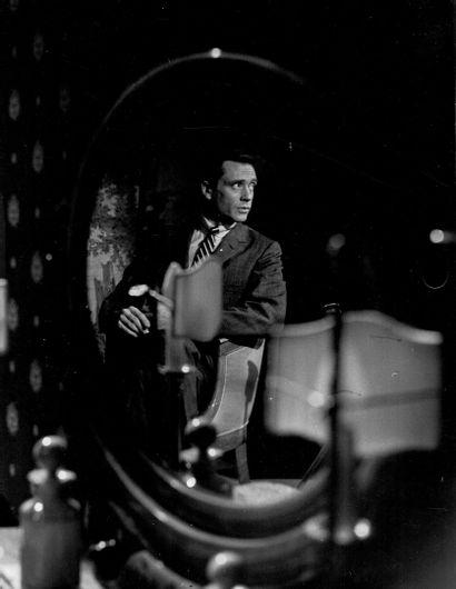 MEL FERRER Photographie de cinéma par Joël Brunerie, ca. 1960. Tirage argentique...