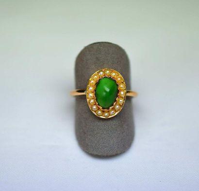 Bague or rose XIX centrée en clos d'un jade...