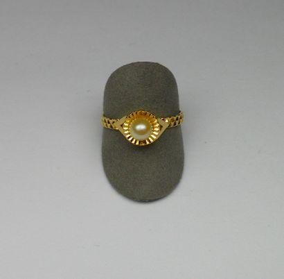 Bague or jaune anneau stylisé centrée d'une...