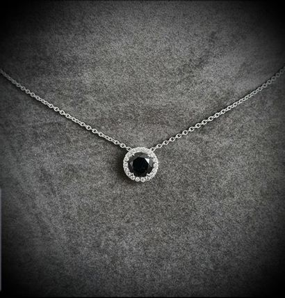 Pendentif or blanc centré d'un rare diamant...