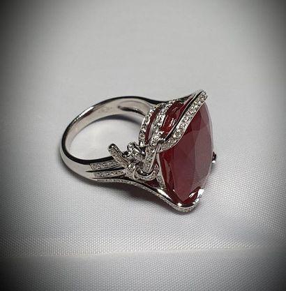 Exceptionnelle bague or blanc anneaux stylisés...