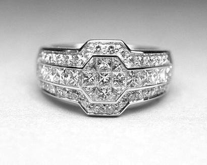 Bague chevalière or blanc sertie de 49 diamants...