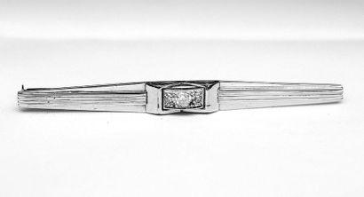 Broche barette or blanc centrée d'un diamant....