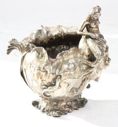 VASE ART NOUVEAU  En métal argenté, à décor...